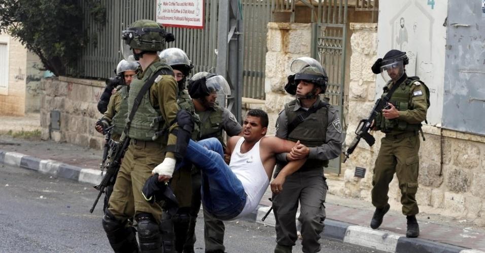 14.mai.2015- Policiais israelenses carregam um manifestante palestino ferido durante um confronto na Cisjordânia. O protesto marca a data conhecida como