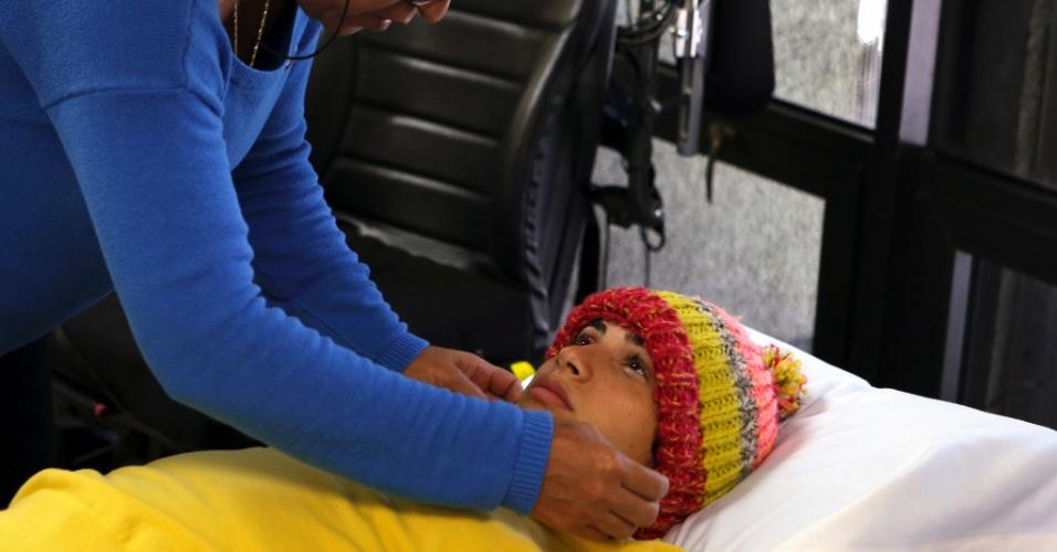A mãe de Laís Souza, Odete, coloca um gorro na cabeça da filha em Miami, em junho de 2014. Ela ficou em tratamento nos EUA logo após o acidente de esqui que a deixou paralisada