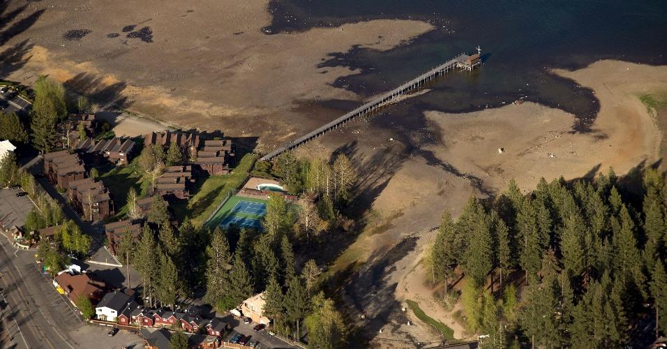 Vista geral dos níveis de água perto do Truckee River Dam em Tahoe City. Os níveis de água Lake Tahoe são baixos neste ano devido à seca do Estado