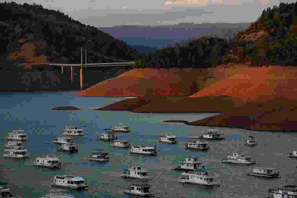 Os baixos níveis de água são visíveis no Lago Oroville perto da ponte de Bidwell Bar. Como a  Califórnia entrou no seu quarto ano de seca severa, os reservatórios do Estado estão diminuindo devido à falta de neve e muito pouca chuva - Justin Sullivan/Getty Images/AFP