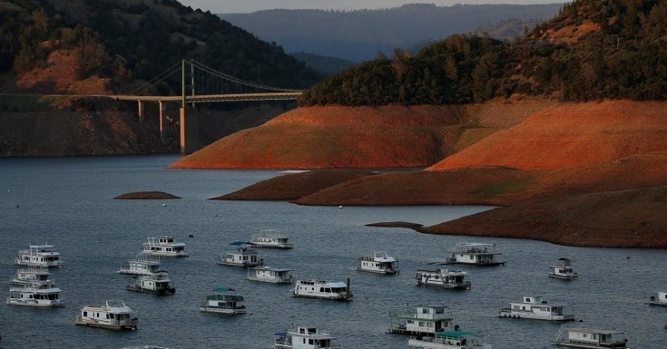 Os baixos níveis de água são visíveis no lago Oroville perto da ponte de Bidwell Bar. Como a Califórnia entrou no seu quarto ano de seca severa, os reservatórios do Estado estão diminuindo devido à falta de neve e à pouca chuva
