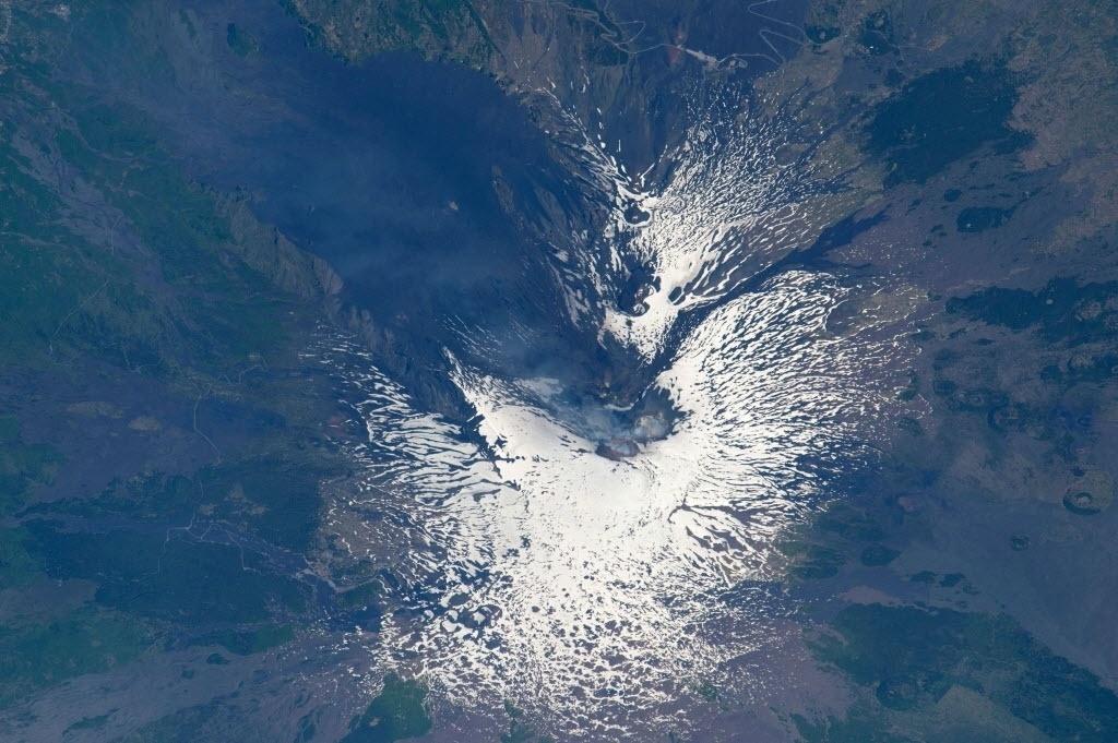 13.mai.2015 - Em imagem feita no dia 8 de maio pelo astronauta Scott Kelly, da Estação Espacial Internacional (ISS, na sigla em inglês), o vulcão monte Etna é visto do espaço. Situado na Sicília, Itália, o vulcão entrou em erupção pela primeira vez há 500 mil anos e continua em atividade até hoje