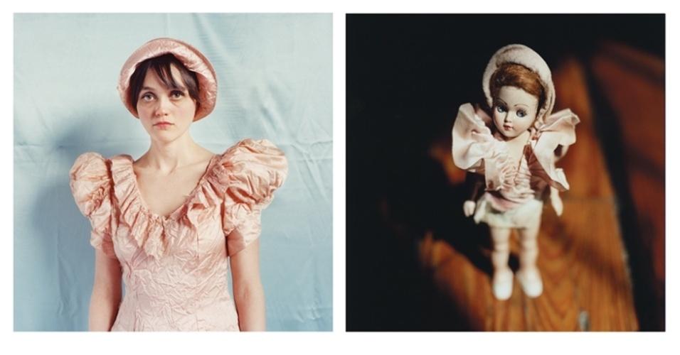 15.mai.2015 - A fotógrafa Annie Collinge estava fazendo compras no mercado de Chelsea, em Nova York (EUA), quando se deparou com uma boneca esquisita. Com óculos esportivos vermelhos, a boneca esquiadora, aparentemente vinda das montanhas Pocono, lembrava uma tia - e então Collinge a comprou. Collinge decidiu fotografar as bonecas, que passou a colecionar, e depois fazer retratos de pessoas que eram parecidas com elas - a maioria das