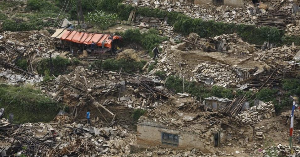 15.mai.2015 - Aldeia de Hagam, localizada no distrito de Sindhupalchwok, fica destruída após o terremoto de magnitude 7,3 que atingiu o Nepal em 12 de maio