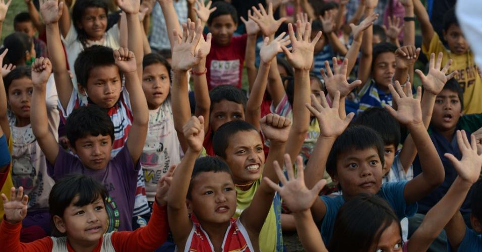 15.mai.2015 - Crianças nepalesas participam de sessão de ioga do riso para ajudar a aliviar o trauma entre os sobreviventes de dois terremotos que destruíram grande parte do país em três semanas, em Katmandu, Nepal. Um novo tremor de magnitude 7,3 atingiu o país em 12 de maio, deixando mortos e feridos