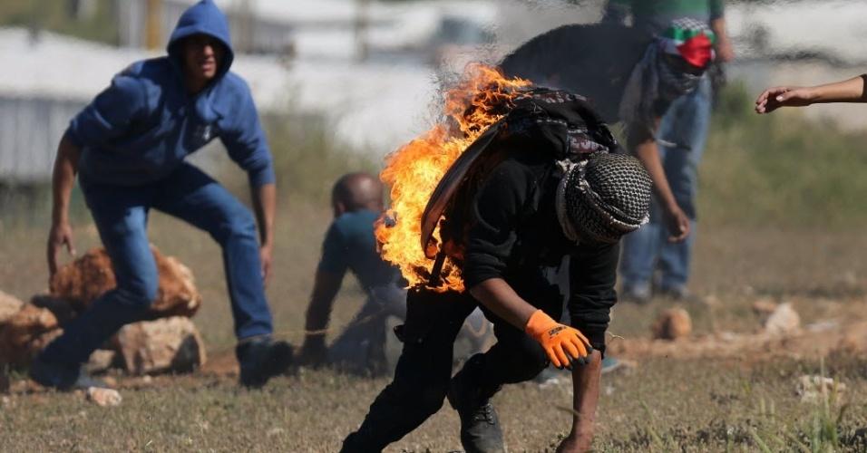 15.mai.2015 - Manifestante pega fogo após tentar acender um coquetel molotov durante confronto com tropas israelenses, após manifestação que marcou o Nakba, ou Catástrofe (dia que lembra a diáspora causada pela criação do Estado de Israel), próximo à prisão israelense de Ofer, em Ramallah, na Cisjordânia, nesta sexta-feira (15). O Nakba lembra a expulsão de mais de 700 mil palestinos após a criação de Israel, em 1948