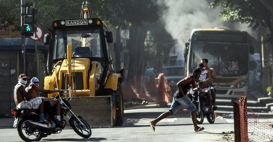 15.mai.2015 - Manifestantes bloqueiam rua com um trator durante um protesto contra a morte de dois moradores da comunidade do São Carlos, no Estácio, na zona norte do Rio de Janeiro (Brasil)