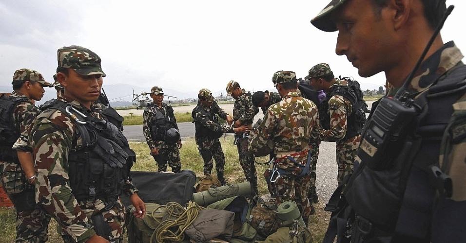 15.mai.2015 - Membros das Forças Especiais do Exército do Nepal se preparam para acessar o local onde foram localizados os restos do helicóptero dos EUA, que desapareceu no distrito de Dolakha com seis americanos e dois nepaleses a bordo, em Katmandu