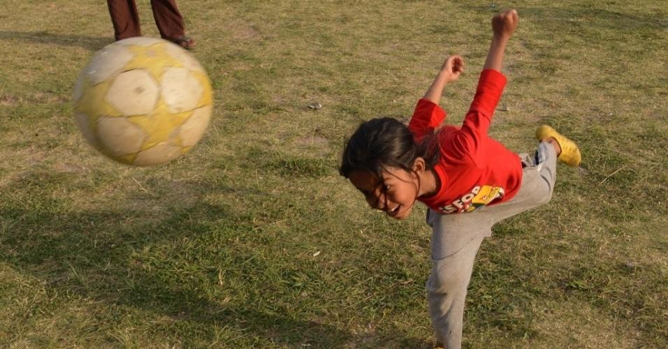 15.mai.2015 - Menina joga futebol em acampamento em Katmandu, Nepal. Um novo tremor de magnitude 7,3 atingiu o país em 12 de maio, deixando mortos e feridos