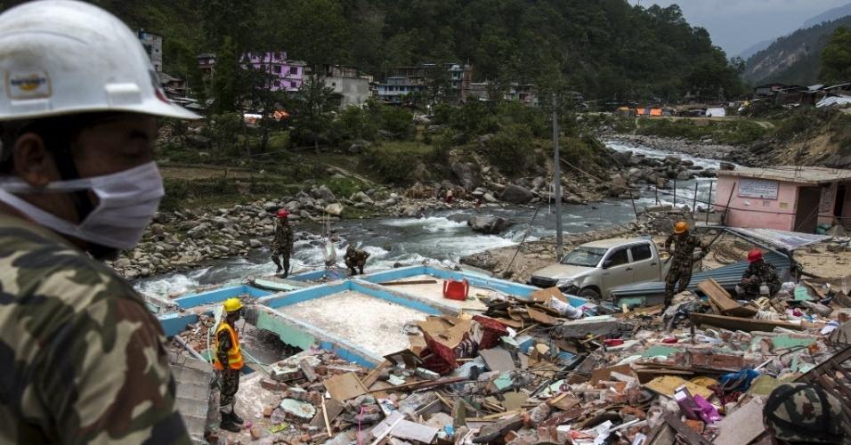 15.mai.2015 - Militares procuraram por sobreviventes e corpos em meio aos escombros de edifícios que desabaram após o terremoto de magnitude 7,3 que atingiu o Nepal em 12 de maio, na vila de Singati, em Dolakha