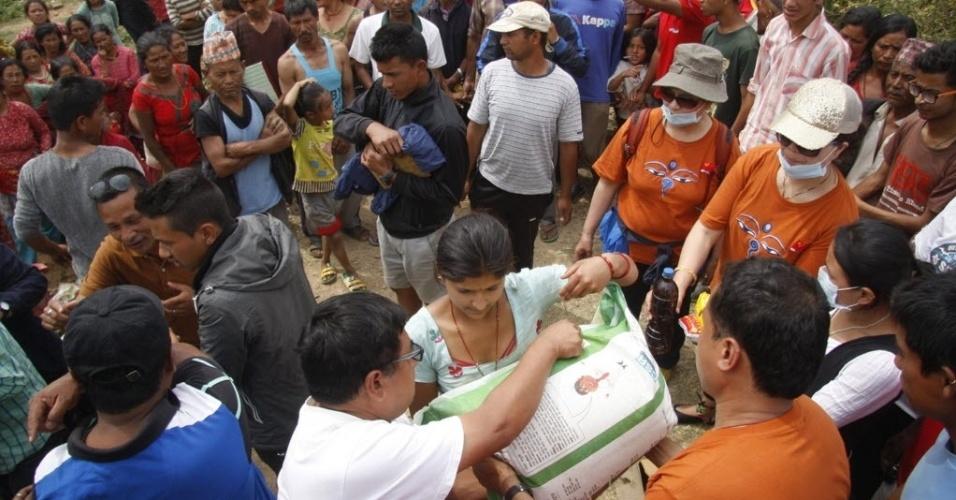 15.mai.2015 - Moradores recebem ajuda humanitária enviada pela China em uma zona afetada pelo terremoto em Lalitpur, no Nepal. Um novo tremor de magnitude 7,3 atingiu o país em 12 de maio, deixando mortos e feridos