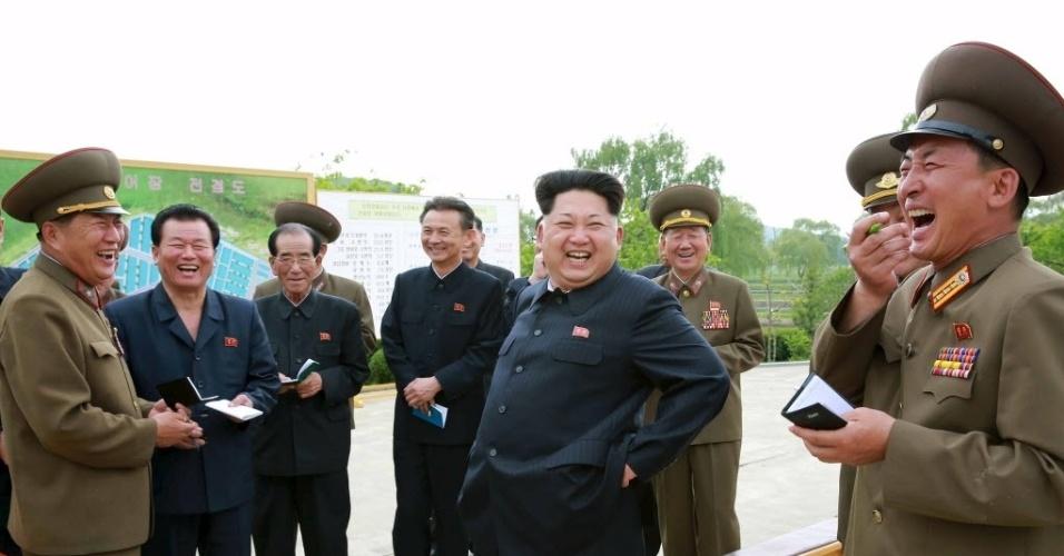 15.mai.2015 - O líder norte-coreano Kim Jong-um orienta funcionários em um espaço dedicado a piscicultura (criação de peixes em condições naturais ou artificiais). A imagem foi divulgada pela Agência de Notícias da Coreia do Norte