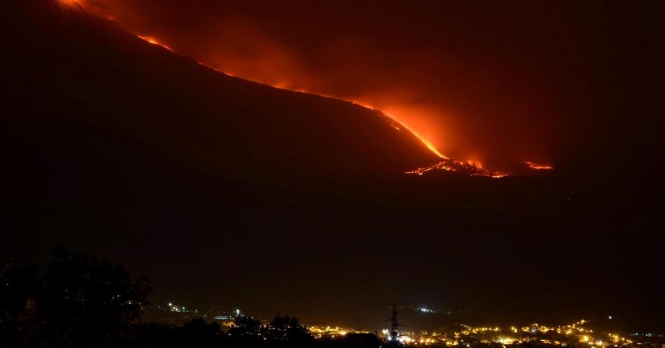 15.mai.2015 - O vulcão Etna, um dos mais ativos do mundo, entra em erupção na madrugada desta sexta-feira (15) na região da Catania, na ilha da Sicília, sul da Itália. A última vez que o vulcão entrou em uma fase de erupções intensas havia sido em julho de 2014