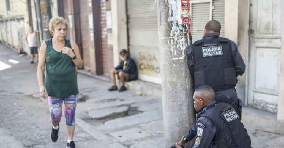 15.mai.2015 - Policiais militares patrulham a favela do São Carlos, no Estácio, na zona norte do Rio de Janeiro. Moradores queimaram dois ônibus durante um protesto realizado na manhã desta sexta-feira (15), nos arredores do hospital da Polícia Militar, na avenida Salvador de Sá. O ato teria como motivação, segundo relatos de testemunhas, as mortes de mais dois homens na comunidade do São Carlos, na quinta-feira (14)