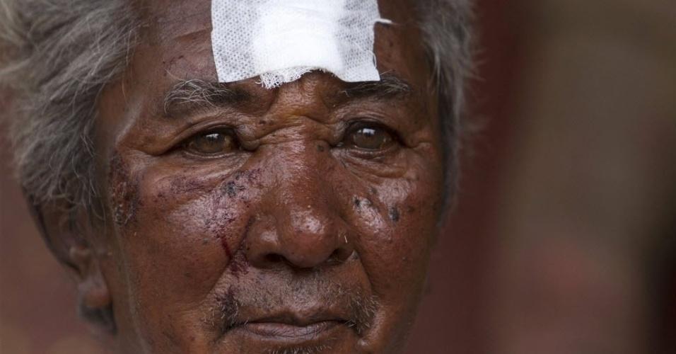 15.mai.2015 - Ramchandra Shrestha, sobrevivente do terremoto, permanece em um abrigo temporário depois de receber assistência médica em Sankhu, nos arredores de Katmandu (Nepal). Pelo menos 110 pessoas morreram no sismo de 12 de maio, de magnitude 7,3