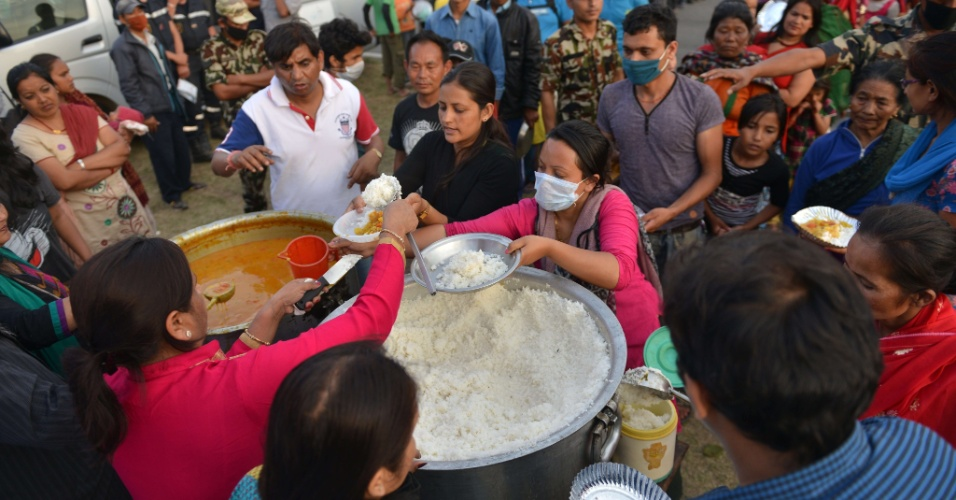 15.mai.2015 - Sobreviventes dos terremotos que atingiram o Nepal recebem comida em um abrigo em Katmandu, no Nepal. Um novo tremor de magnitude 7,3 atingiu o país em 12 de maio, deixando mortos e feridos