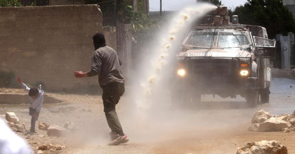 15.mai.2015 - Veículo militar israelense lança líquido malcheiroso conhecido como
