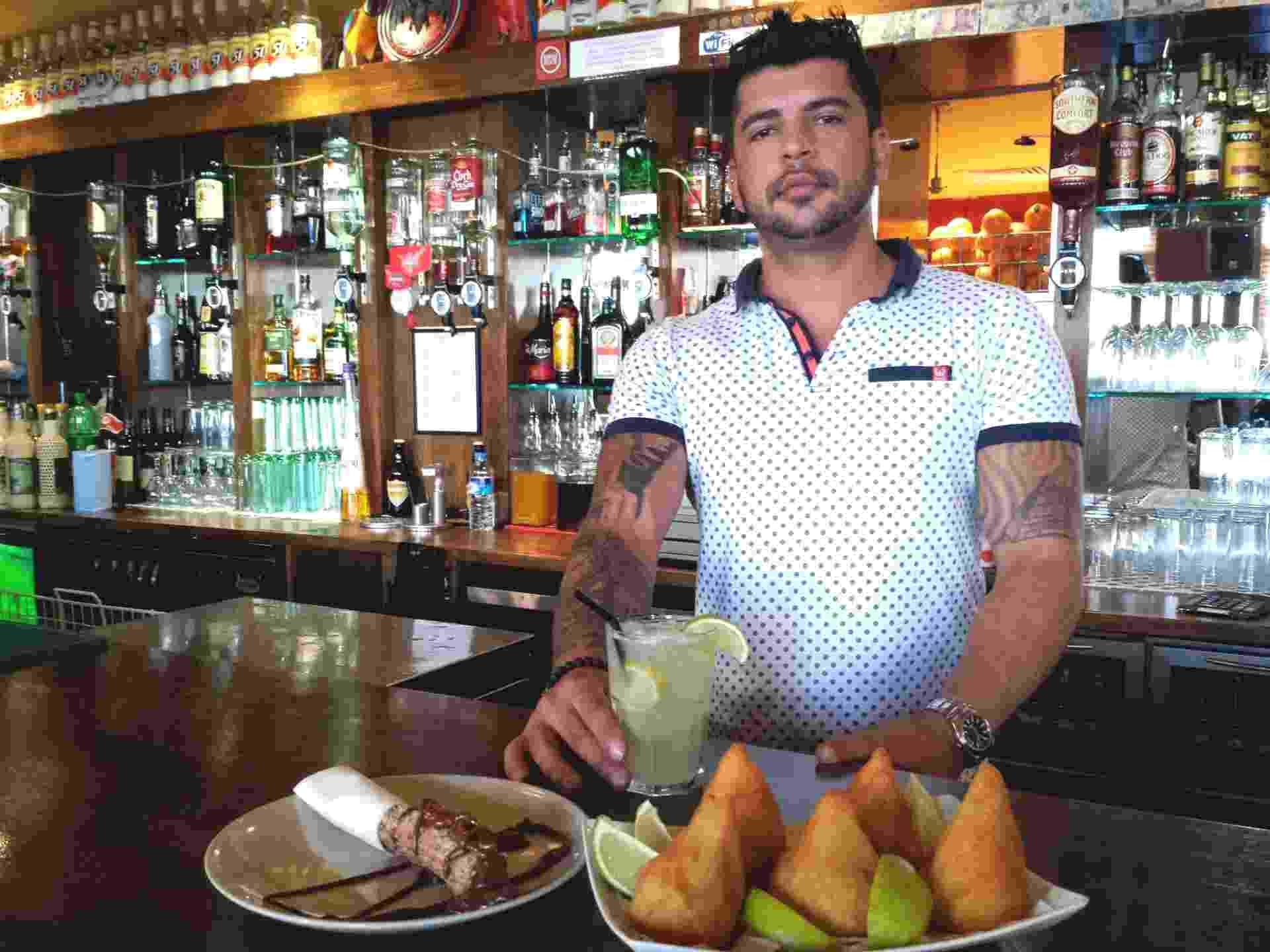O mineiro Rodrigo Arantes Rocha, 34, entrou de sócio em um bar falido na Irlanda, o D-One, e conseguiu recuperar o negócio usando o tempero e a ginga brasileiros - Flávio Carneiro/UOL