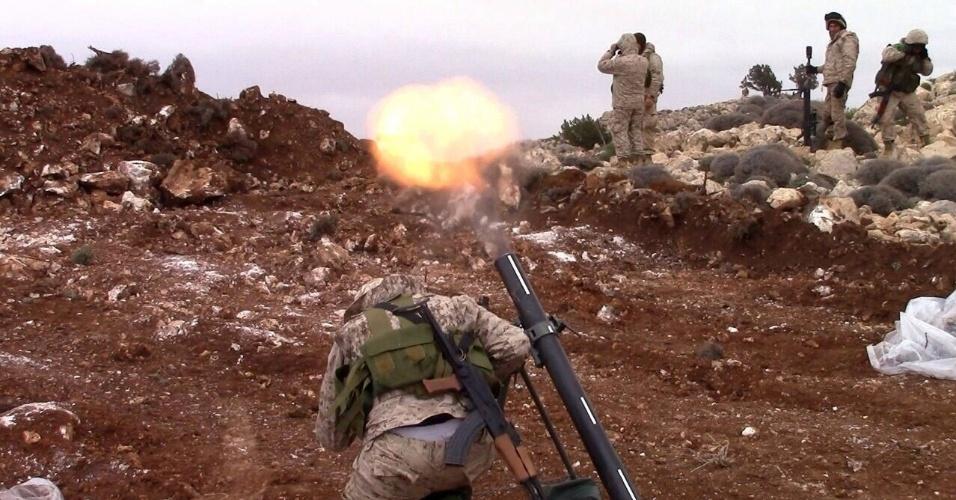 16.mai.2015 - Em imagem sem data definida, divulgada pelo Hezbollah, soldado da milícia libanesa dispara um morteiro contra rebeldes sírios abrigados do outro lado da fronteira entre os países, nas colinas Qalamun