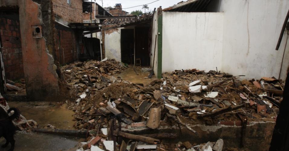 16.mai.2015 - Chuva forte provoca desabamento na travessa das Pitangueiras, na Fazenda Grande do Retiro, em Salvador (BA). Ainda não há informações sobre vítimas