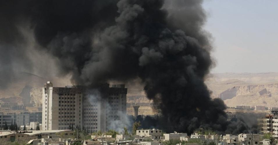 16.mai.2015 - Fumaça negra cobre céu de Damasco, na Síria, após confrontos entre rebeldes e forças do ditador Bashar al-Assad. A região está sob domínio de Assad