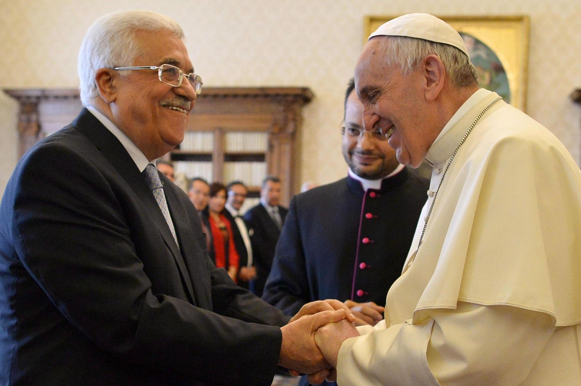16.mai.2015 - O presidente da Autoridade Palestina, Mahmoud Abbas, e o papa Francisco se cumprimentam durante audiência privada no Vaticano. O Vaticano reconheceu nesta semana a Palestina como Estado independente, aumentando a relevância do encontro entre os líderes