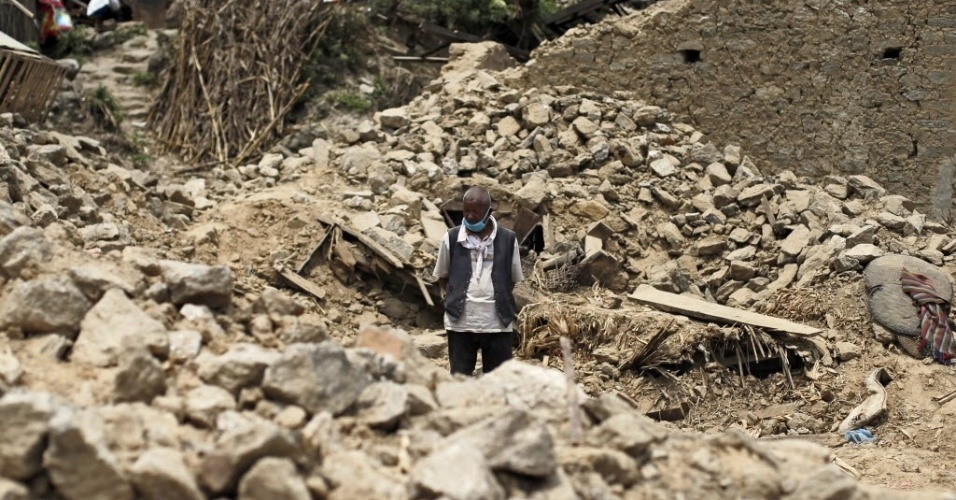 16.mai.2015 - Sobrevivente do terremoto observa casa que se transformou em ruínas em Nanglebhare, no Nepal. Dois fortes terremotos atingiram o país em menos de um mês, deixando mortos e feridos