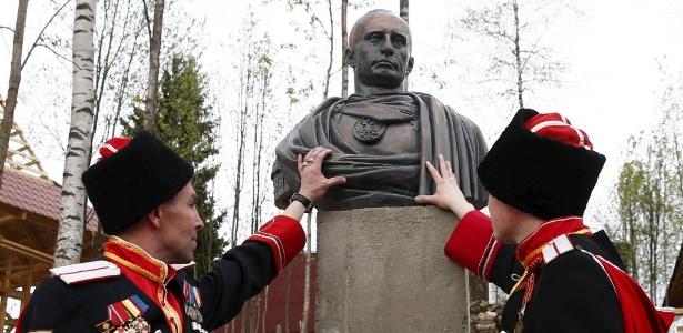 """Uma organização de cossacos inaugurou, neste sábado (16), um busto do presidente russo Vladimir Putin como um imperador romano perto de São Petersburgo, em """"reconhecimento da anexação da Crimeia"""" pela Rússia"""