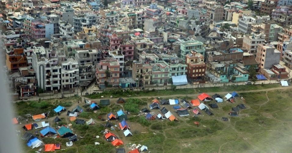 17.mai.2015 - Desabrigados após terremotos, moradores montam tendas em área verde de Katmandu, no Nepal
