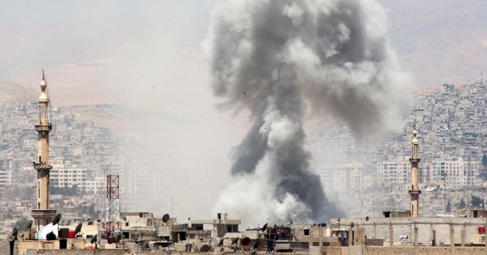 17.mai.2015 - Forças leais ao ditador sírio, Bashar al-Assad, atacam o subúrbio de Damasco