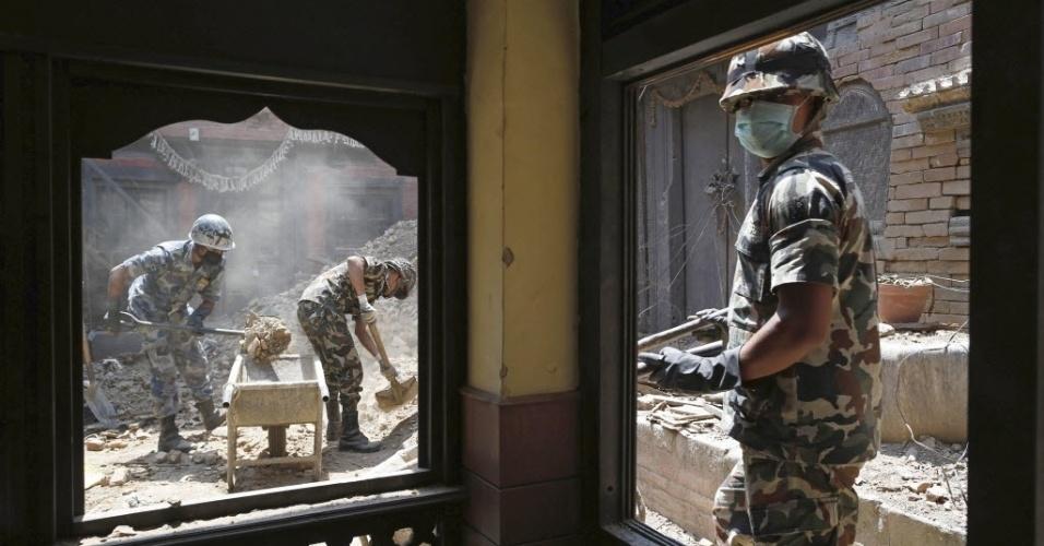 17.mai.2015 - Militares retiram escombros de edifício danificado pelos terremotos em Patan, no Nepal. Os sismos deixam mortos, feridos e milhares de desabrigados