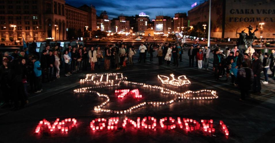 17.mai.2015 - Pessoas se reúnem durante o evento que relembra a deportação em massa dos tártaros da Crimeia, antigo território ucraniano atualmente anexado pela Rússia, pelo ditador Josef Stalin em 1944. Conhecida como ''Surgunlik'', a expulsão das mais de 230 mil é considerada como um genocídio pelos ucranianos, já que a maioria morreu de inanição ou de doenças ligadas a ela