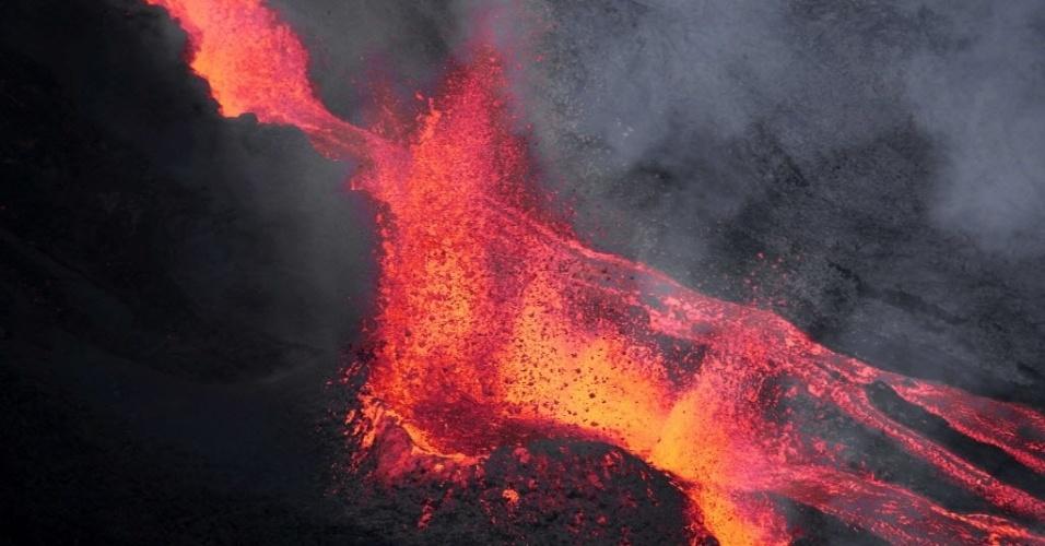 17.mai.2015 - Vulcão Piton de la Fournaise entra em erupção na ilha francesa de La Reunion, no Oceano Índico. Sua última erupção havia sido em 4 de fevereiro