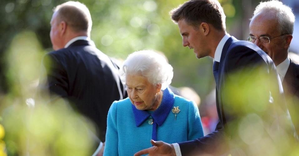 18.mai.2015 - A rainha da Inglaterra, Elizabeth 2ª, observa uma exposição durante visita ao Chelsea Flower Show, em mostra exclusiva para a imprensa, em Londres, nesta segunda-feira (18)