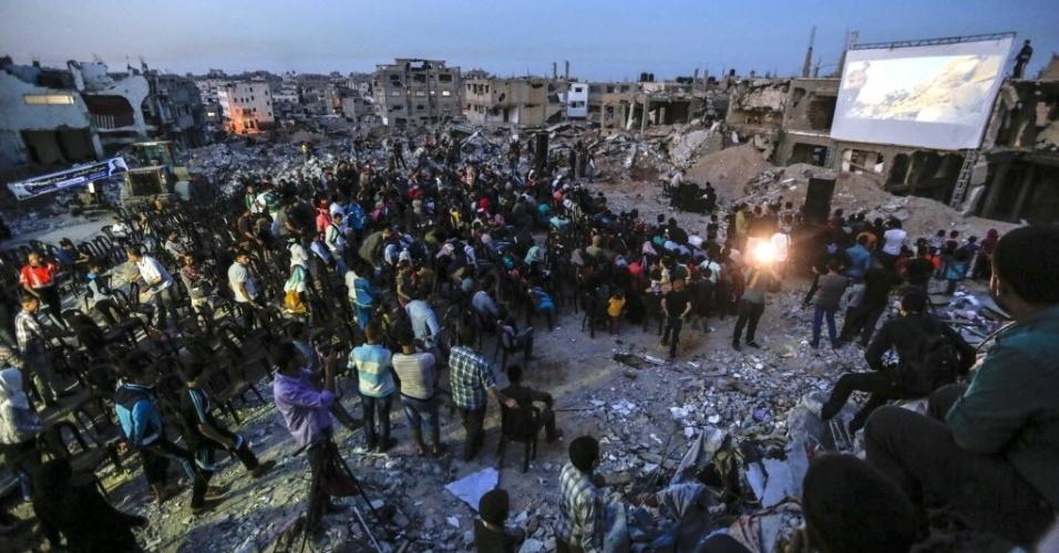 18.mai.2015 - Durante três dias, os escombros do bairro de Shejaiya, em Gaza, têm sido palco de um festival de cinema pioneiro ao ar livre, projetado entre a destruição causada pelos conflitos na região. A imagem foi cedida nesta segunda-feira (18) pela organização do evento, chamado de