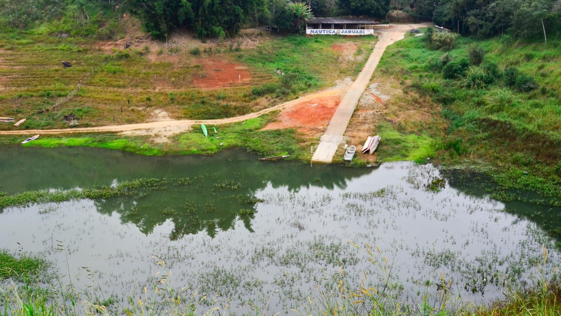 18.mai.2015 - Imagem mostra a seca na represa Jaguari-Jacareí, na região de Bragança Paulista, nesta segunda-feira (18). O nível de água dos reservatórios do Sistema Cantareira permanece estável em 19,7%, segundo dados da Sabesp (Companhia de Saneamento Básico do Estado de São Paulo)