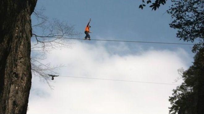 Nesta foto de 2012, Dean Potter cruza, sem proteção, um desfiladeiro na China a 1.800 metros de altura em uma corda slackline de 2 cm de espessura