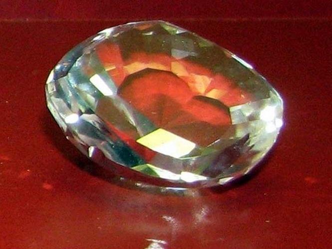 Réplica do Koh-i-noor original, famoso diamante que recebeu nova lapidação e não tem mais esse formato