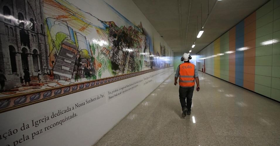 15.mai.2015 - Operário caminha no corredor de acesso à plataforma de embarque da estação Nossa Senhora da Paz, da Linha 4 do Metrô do Rio de Janeiro, em Ipanema, na zona sul da cidade, que se encontra em fase final de obras