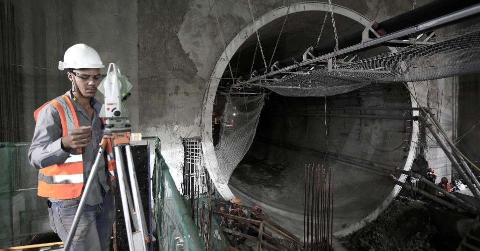 15.mai.2015 - Operário trabalha na plataforma de embarque da Nossa Senhora da Paz, da Linha 4 do Metrô do Rio de Janeiro, em Ipanema, na zona sul da cidade. Ao fundo, na foto, o túnel de ligação com a estação General Osório, também em Ipanema. As obras estão em fase de finalização