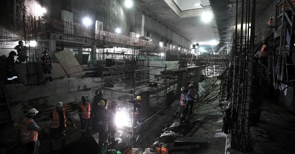15.mai.2015 - Operários trabalham na plataforma de embarque da Nossa Senhora da Paz, da Linha 4 do Metrô do Rio de Janeiro, em Ipanema, na zona sul da cidade. As obras estão em fase de finalização