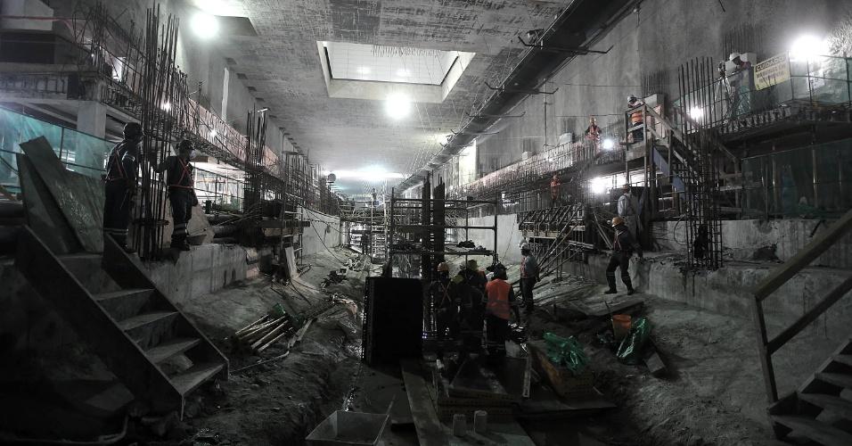 15.mai.2015 - Operários trabalham na plataforma de embarque da Nossa Senhora da Paz da Linha 4 do Metrô do Rio de Janeiro, em Ipanema, na zona sul da cidade. As obras estão em fase de finalização