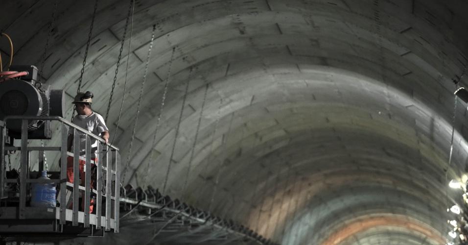 15.mai.2015 - Obras no teto do túnel que leva à plataforma de embarque da estação Nossa Senhora da Paz da Linha 4 do Metrô do Rio de Janeiro, em Ipanema, na zona sul do Rio de Janeiro, são finalizadas