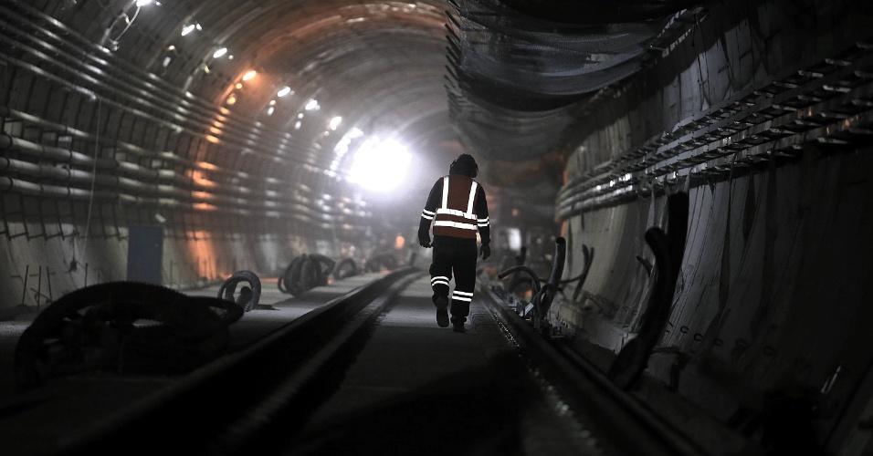 15.mai.2015 - Operário caminha entre trilhos da Linha 4 do Metrô do Rio de Janeiro instalados dentro do túnel que liga as estações Nossa Senhora da Paz e General Osório, em Ipanema, na zona sul da cidade