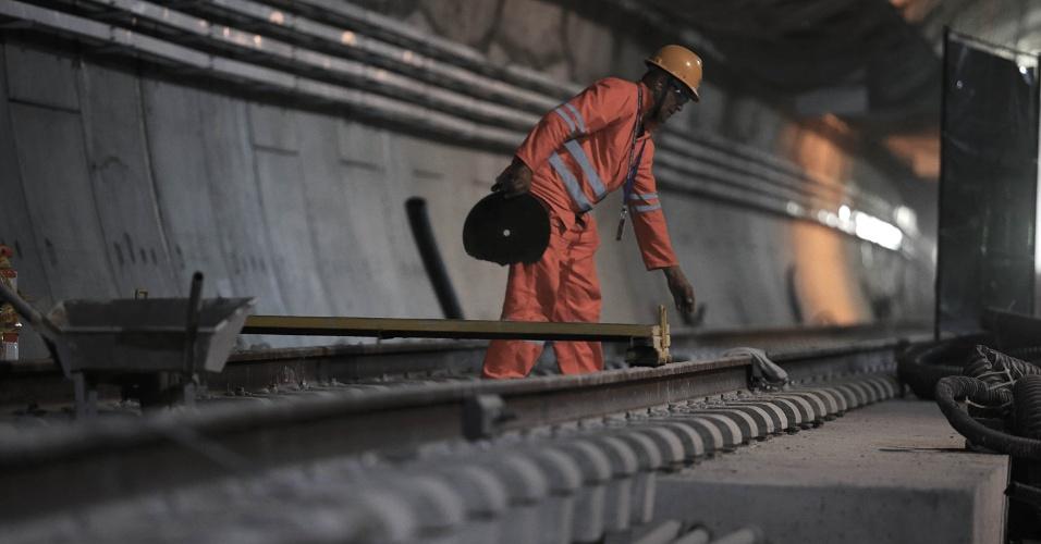 15.mai.2015 - Operário finaliza colocação dos trilhos no túnel que liga as estações Nossa Senhora da Paz e General Osório, do Metrô do Rio de Janeiro, ambas em Ipanema, na zona sul da cidade