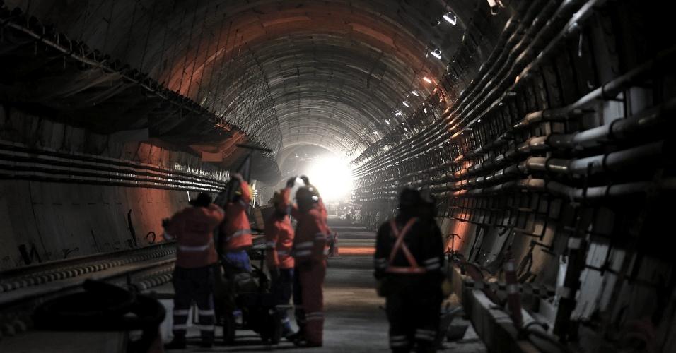 15.mai.2015 - Operários trabalham dentro do túnel que liga as estações Nossa Senhora da Paz e General Osório, do Metrô do Rio de Janeiro, ambas em Ipanema, na zona sul da cidade. As obras estão em fase de finalização