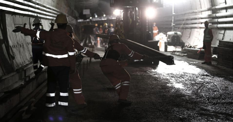 15.mai.2015 - Operários trabalham na colocação de trilhos da Linha 4 do Metrô do Rio de Janeiro no túnel que liga as estações Nossa Senhora da Paz e General Osório, em Ipanema, na zona sul da cidade. As obras estão em fase de finalização