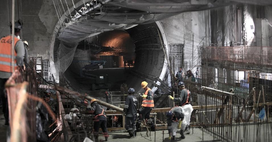 15.mai.2015 - Operários trabalham no acabamento da plataforma de embarque da estação Nossa Senhora da Paz, da Linha 4 do Metrô do Rio de Janeiro, em Ipanema, na zona sul da cidade. Ao fundo, o túnel de ligação com a estação General Osório, também em Ipanema