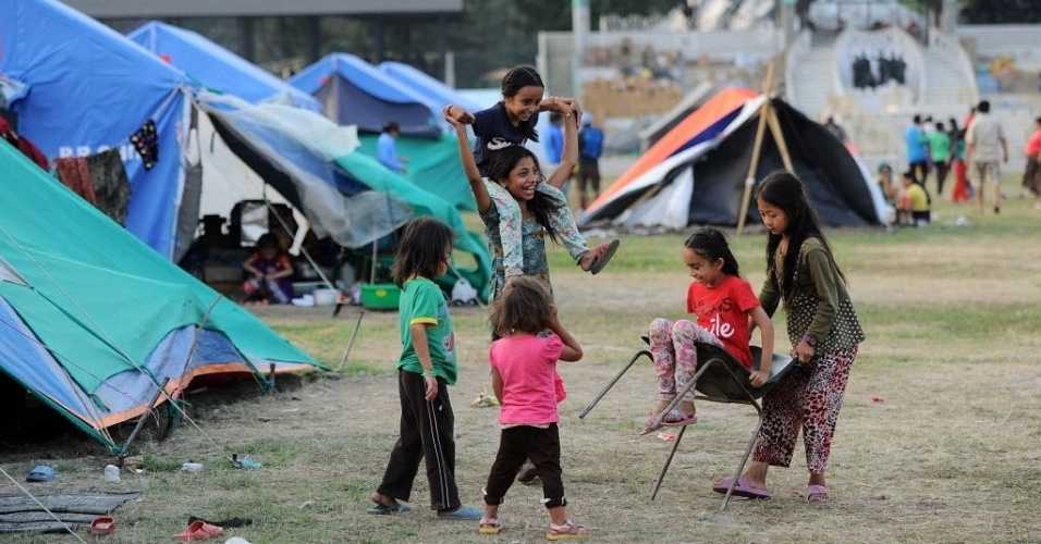 19.mai.2015 - Crianças brincam em acampamento para sobreviventes do terremoto no Nepal, em Katmandu. Cerca de 8.500 pessoas foram mortas no desastre que destruiu mais de meio milhão de casas e deixou um grande número de nepaleses sem abrigo, apenas algumas semanas antes das chuvas do período de monção