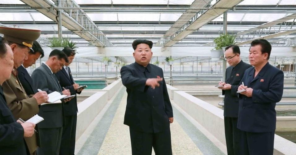 19.mai.2015 - Líder norte-coreano Kim Jong-un faz uma visita a uma fazenda de tartarugas em Freshwater Taedonggang. A imagem foi cedida pela Agência de Notícias Central Coreana (KCNA)